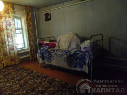 Двухэтажный дом из бревна в центре Колывани комната на первомэтаже