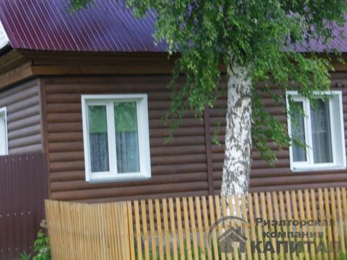 Двухэтажный дом из бревна в центре Колывани Соседи