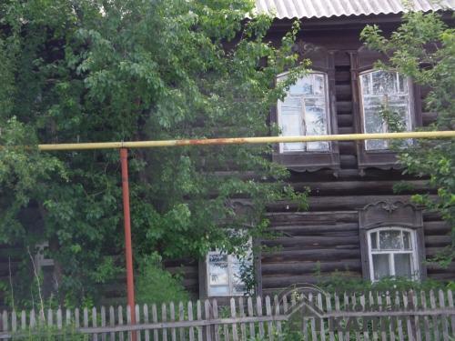 Двухэтажный дом из бревна в центре Колывани Фасад дома